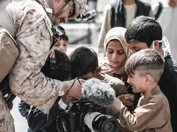 अमेरिकेसह इतर देशांचे सैनिक तालिबान्यांना घाबरणाऱ्या मुलांची विशेष काळजी घेत आहेत. हे सैनिक मुलांच्या वेदना समजून घेत त्यांच्यासोबत खेळतही आहेत.