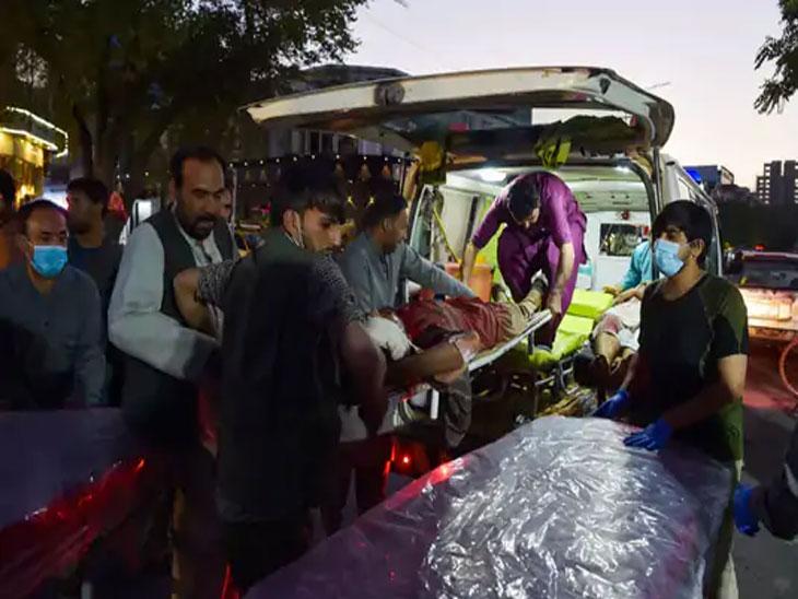 ISIS-Kabul ने या हल्ल्याची जबाबदारी स्वीकारली आहे. जखमींना रुग्णवाहिकेत घेऊन जाणारे लोक.