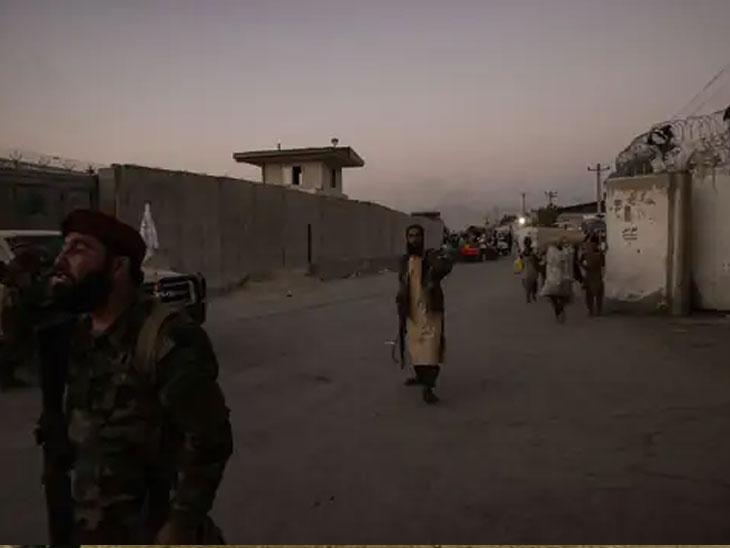 हल्ल्यानंतर तालिबानी विमानतळाजवळ रक्षण करताना