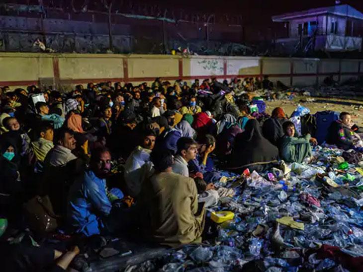 अॅबे गेटजवळील बॅरन हॉटेल कॉम्प्लेक्समध्ये बसलेले अफगाण शरणार्थी