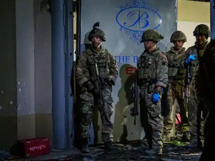 गुरुवारी झालेल्या हल्ल्याच्या ठिकाणावरील बॅरन हॉटेलजवळ तैनात ब्रिटिश सैनिक
