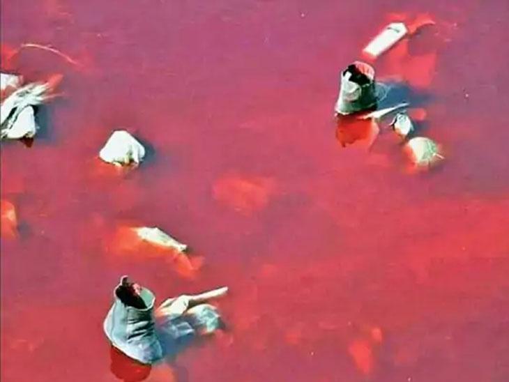 दोन आत्मघाती हल्ल्यानंतर विमानतळालगतच्या नाल्यात मृतदेह आणि जखमींचा ढीग साचला होता. लोकांना बाहेर काढल्यावर नाल्यातील पाणी लाल झाले.
