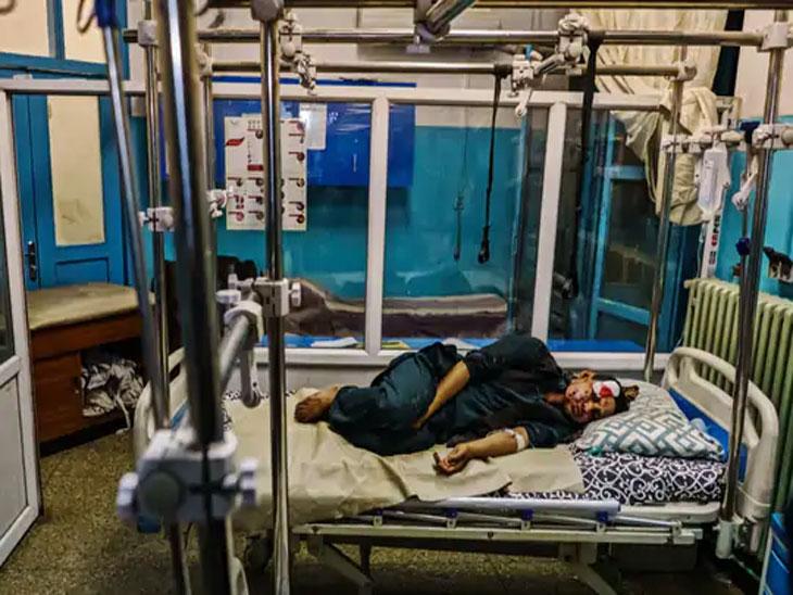 काबूल स्फोटात जखमी झालेल्यांना गोंधळात रुग्णालयात दाखल करण्यात आले. एक जखमी रुग्णालयात उपचाराची वाट पाहत आहे.