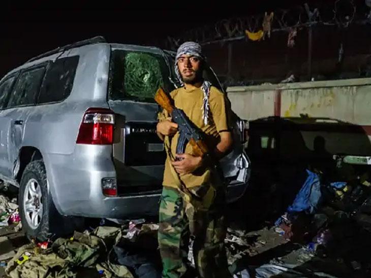 काबूल विमानतळाबाहेर तालिबानी चौक्यावर तालिबानी उभा आहे.
