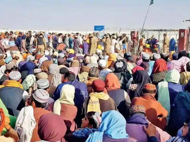 पाकिस्तानात प्रवेश करू इच्छिणारे हजारो अफगाणी सीमेवर १० दिवसांपासून ठिय्या देऊन आहेत. - Divya Marathi