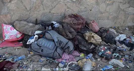 देश सोडून जाण्याचा प्रयत्न करणाऱ्या लोकांच्या पिशव्या आणि पाण्याच्या बाटल्याही रक्ताने माखलेल्या होत्या.