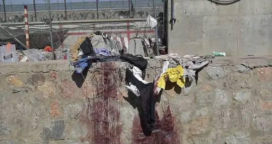 लोकांचे कपडे भिंतीवरील काटेरी तारांमध्ये अडकले होते. स्फोटानंतर लोक त्यांचे प्राण वाचवण्यासाठी या तारांवर उडी मारून पळून जाण्याचा प्रयत्न करत होते असे या फोटोवरुन दिसून येते.