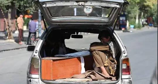 या स्फोटात अनेक मुलांनी त्यांचे पालक गमावले. काबुलमधील रुग्णालयातून आपल्या बापाचा मृतदेह घेऊन जाताना मुलगा.