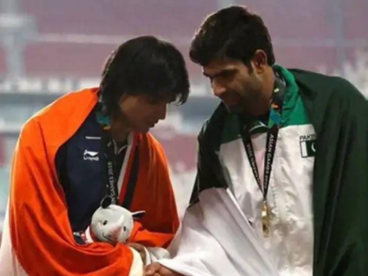 पाकिस्तानी खेळाडू अर्शद सोबत हात मिळवताना सुवर्णपदक विजेता नीरज चोप्रा