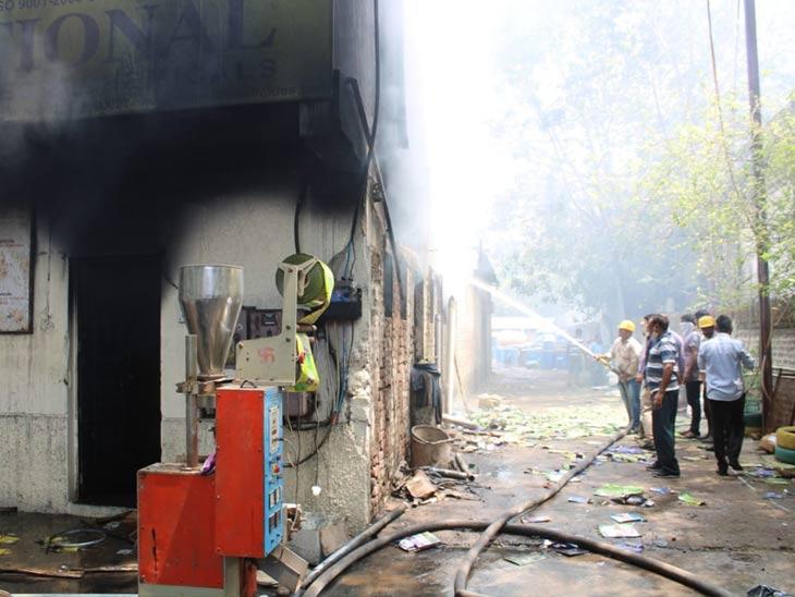 आग आटोक्यात आणण्यासाठी प्रयत्न करताना अग्निशमन दलाचे अधिकारी