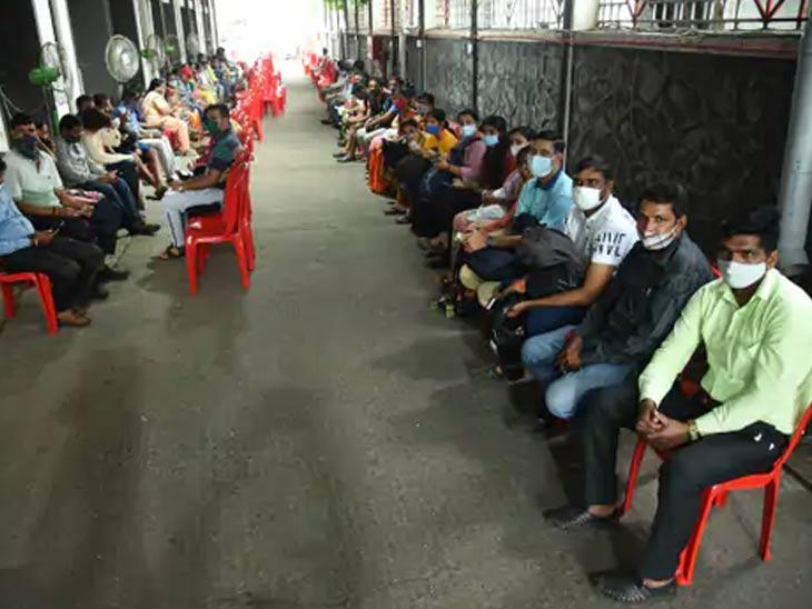 शुक्रवारी नवी मुंबईतील वाशी येथील एनएमएमसी रुग्णालयात लोक लस घेण्यासाठी प्रतीक्षा करत होते.