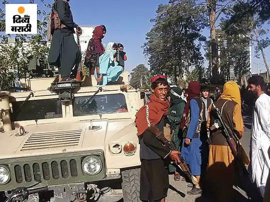 अफगाणिस्तानमधील तिसऱ्या क्रमांकाचे मोठे शहर हेरात येथे अमेरिकन लष्करी वाहन humvee वर सशस्त्र तालिबान.