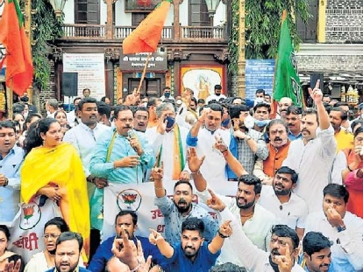 पुणे येथील कसबा गणपती येथे भाजप प्रदेशाध्यक्ष चंद्रकांत पाटील यांच्या उपस्थितीत मंदिरे खुली करण्याच्या मागणीसाठी शंखनाद करण्यात आला. - Divya Marathi