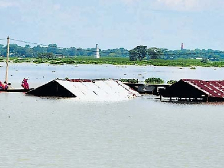 आसाम : मुसळधार पावसामुळे मोरीगाव येथील घरे पाण्यात बुडाली होती. - Divya Marathi