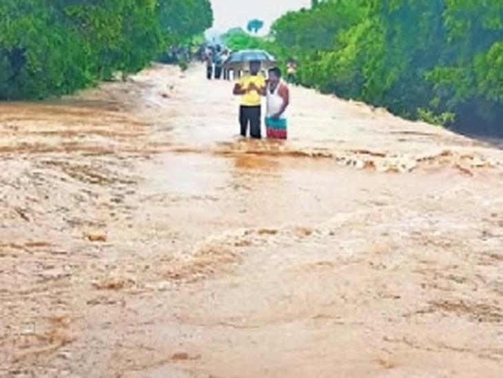 नांदेड : लोहा तालुक्यात नसरत सावरगाव येथे जोरदार पावसामुळे नदीला पूर आला. - Divya Marathi
