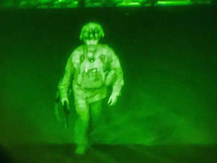 अमेरिकन आर्मीचे मेजर जनरल ख्रिस डोनाहु सी -17 वाहतूक विमानात चढताना. काबूल विमानतळ सोडणारे ते शेवटचे अमेरिकन सैनिक बनले. - Divya Marathi