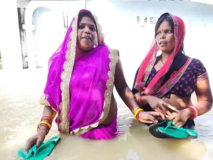 गोरखपूर जिल्ह्यातील अनेक गावांमध्ये नद्यांच्या पाण्याची पातळी दर तासाला 3 ते 4 इंचांनी वाढत आहे. यामुळे लोकांमध्ये भीतीचे वातावरण आहे.