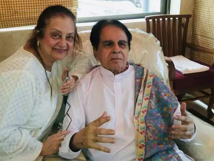 दिलीप कुमार यांच्या तब्येतीत सुधारणा होत असल्याचे सांगताना सायरा बानू आणि दिलीप कुमार यांचा फाइल फोटो
