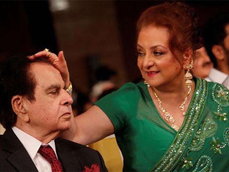 एका कार्यक्रमात सायरा बानू आणि दिवंगत अभिनेते दिलीप कुमार
