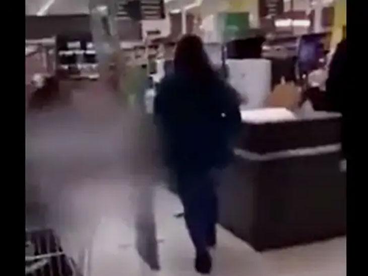 मॉलमध्ये घुसलेल्या हल्लेखोराला ठार करण्यासाठी पोलिसांनी गोळीबार केला. गोळीबाराचा आवाज ऐकून लोक इकडे तिकडे पळू लागले.