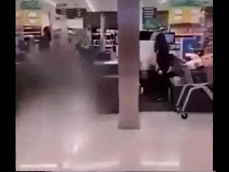 हल्लेखोराने लोकांवर चाकूने हल्ला करण्यास सुरुवात केली असता मॉलमध्ये चेंगराचेंगरी झाली. लोक ओरडू लागले.