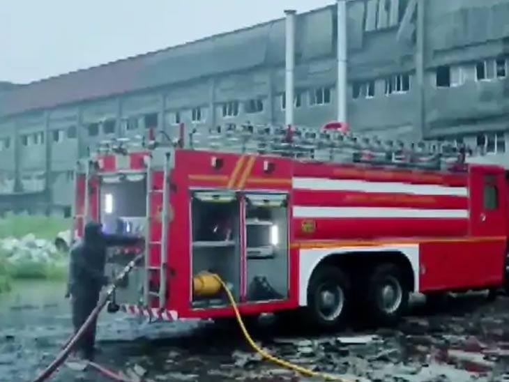 अग्निशमन दलाचे जवान घटनास्थळी उपस्थित होते. आगीवर नियंत्रण मिळवण्यासाठी त्यांना खूप संघर्ष करावा लागत आहे.
