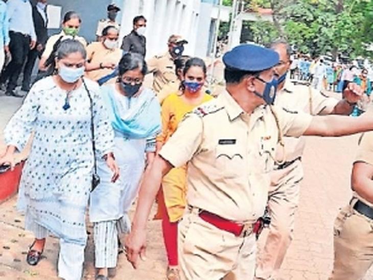 आठ लाखांच्या लाच प्रकरणात अटक शिक्षणाधिकारी वैशाली वीर (झनकर) यांना अटक करून घेऊन जाताना पोलिस - Divya Marathi