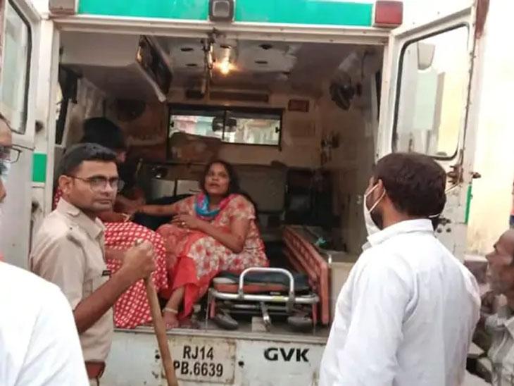 पोलिस या कुटुंबातील अनेक सदस्यांना रुग्णालयात घेऊन गेले.
