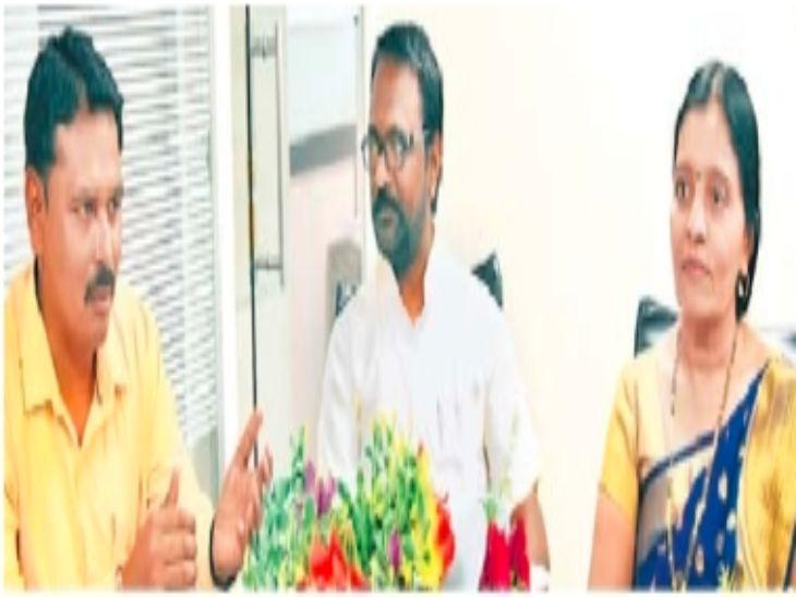राष्ट्रीय पुरस्कारप्राप्त शिक्षक उमेश खोसे (डावीकडे) यांची मुलाखत घेताना हेमा वाघ आणि प्रवीण स्वामी. - Divya Marathi