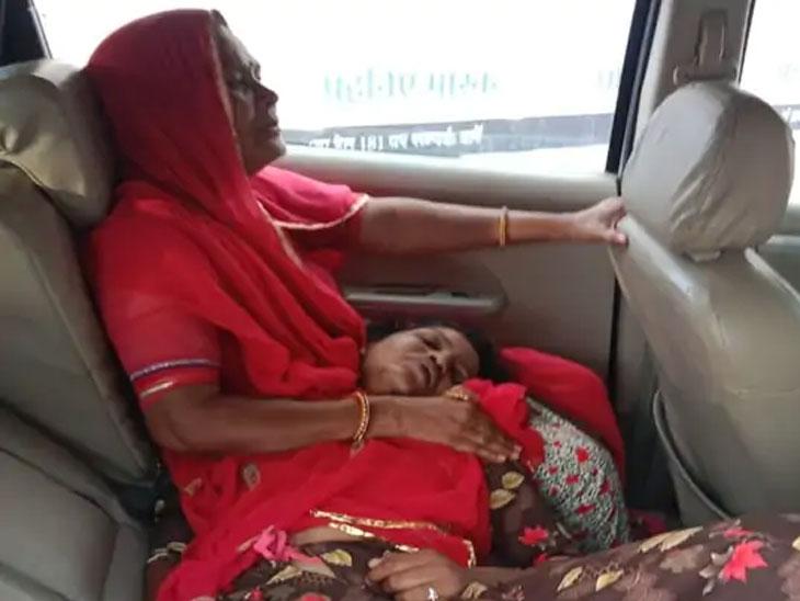 आजारी मुलीला तिची आई गीताबाई रुग्णवाहिकेतून रुग्णालयात घेऊन जाताना
