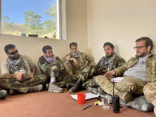 सालेह मोहम्मद रेगिस्तानी (उजवीकडे) रेजिस्टेंसच्या सैनिकांसह.