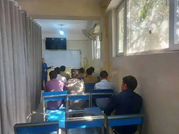हा फोटो इब्न-ए-सीना विद्यापीठाचा आहे. येथे वर्गात पडदा लावून मुले आणि मुलींमध्ये विभाजन केले गेले आहे.