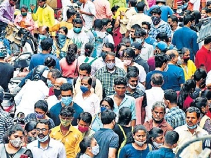 मुख्यमंत्री गर्दी टाळण्याचे आवाहन करीत असताना सोमवारी दादरच्या बाजारात उसळलेली गर्दी. - Divya Marathi