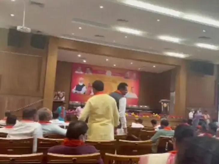 मुख्यमंत्रिपदाचा राजीनामा देणारे विजय रूपाणी आणि केंद्रीय आरोग्यमंत्री मनसुख मांडविया हेही भाजप विधिमंडळ पक्षाच्या बैठकीला उपस्थित होते.