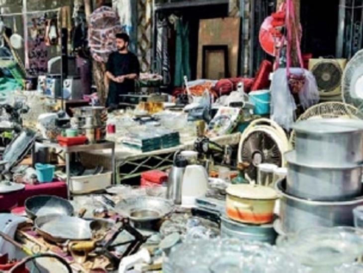 छायाचित्र काबूलच्या बाजारपेठेतील आहे. सामान्य लोक काही पैशांसाठी घरातील सामान विकू लागले आहेत. - Divya Marathi