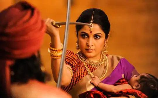 'बाहुबली'च्या एका दृश्यात राम्या.