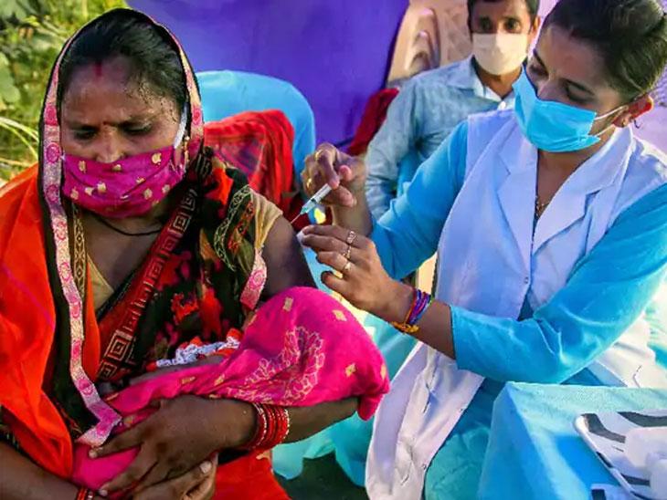 हा फोटो नवी दिल्लीचा आहे. येथे विशेष लसीकरण शिबिरे आयोजित करून लोकांना लस देण्यात येत आहे. - Divya Marathi
