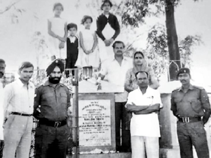 १९८४ मध्ये सिरोही कुटुंबीयांनी जमादार हरिराजसिंग यांच्या स्मारकाला भेट दिली तो क्षण - Divya Marathi