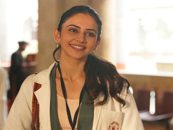 'डॉक्टर जी' चित्रपटातील रकुल प्रीत सिंहची पहिली झलक आली समोर, भूमिकेसाठी घेतले खास वैद्यकीय प्रशिक्षण|बॉलिवूड,Bollywood - Divya Marathi
