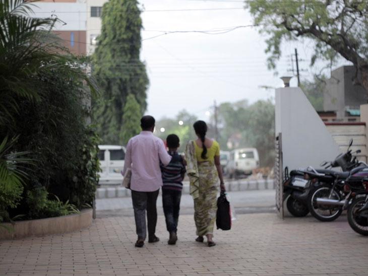 एक बंदपाकिट.. प्रतिकूलतेच्या जाणिवेचं मोल सांगणारं ..!|ओरिजनल,DvM Originals - Divya Marathi
