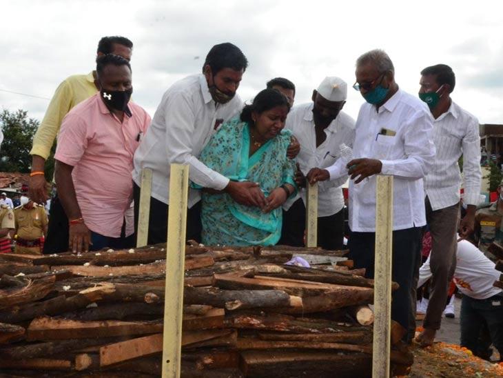 शहीद वीर जवान सोमनाथ मांढरे यांच्या पार्थिवावर आसले येथे शासकीय इतमामात अंत्यसंस्कार|सोलापूर,Solapur - Divya Marathi