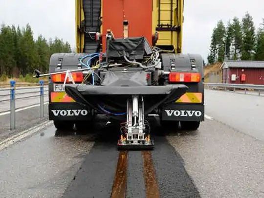 कंडक्शन मॉडेलवर तयार केलेला ई-हायवे. यामध्ये वाहनाच्या मागील भागामध्ये पॅन्टोग्राफ लावण्यात आला आहे, जो रस्त्यावर टाकलेल्या विद्युत तारांपासून पुरवठा घेतो.