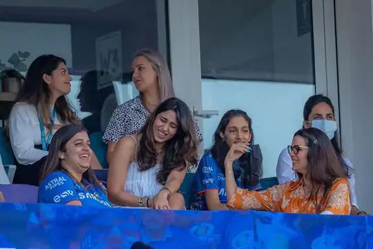 गतविजेत्या मुंबईने फेज-2 मध्ये 3 सामने गमावल्यानंतर पुनरागमन केले, तेव्हा स्टँडमध्ये बसलेल्या कर्णधार रोहित शर्माची पत्नी रितिका (पांढऱ्या ड्रेसमध्ये) देखील भावूक झाली.