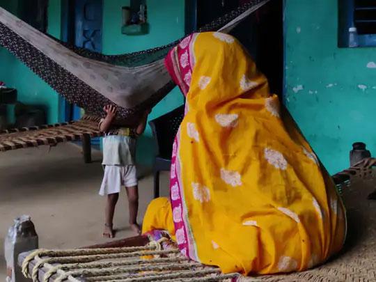 पीडितेच्या आईने सांगितल्यानुसार, गावातील उच्च जातीचे लोक आमच्याशी भेदभाव करतात. ते आम्हाला अस्पृश्य म्हणतात आणि आमची चेष्टा करत राहतात.