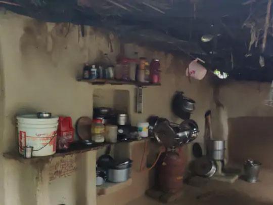 पीडितेचे कुटुंब दोन खोल्यांच्या घरात राहते. स्वयंपाकघराचीही सोय नाही. एक वर्षापासून घरातील एकही सदस्य कमावण्यासाठी बाहेर गेला नाही.