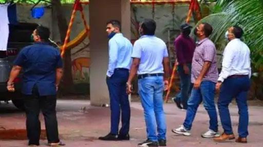 अभिनेता सुशांत सिंह राजपूतच्या मृत्यूनंतर वानखेडेंनी मुंबईतील अनेक बॉलिवूड स्टार्सच्या घरांवर छापा टाकला.