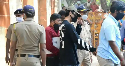 आर्यन खानला वैद्यकीय चाचणीसाठी जेजे रुग्णालयात नेण्यात आले आहे.