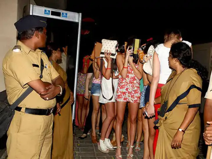 जुहूमध्ये सुरू असलेल्या रेव्ह पार्टीवर मुंबई पोलिसांनी छापा टाकल्यानंतर 96 जणांना ताब्यात घेण्यात आले होते. त्यात अनेक मुलींचाही सहभाग होता