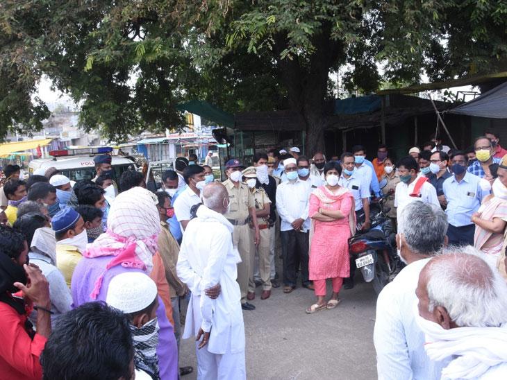 सेलू बाजारपेठेतील पाहणी करत लस न घेतलेल्या एका दुकानदारास जिल्हाधिकारी आंचल गोयल यांनी स्वतः लावला 5 हजार रुपयाचा दंड