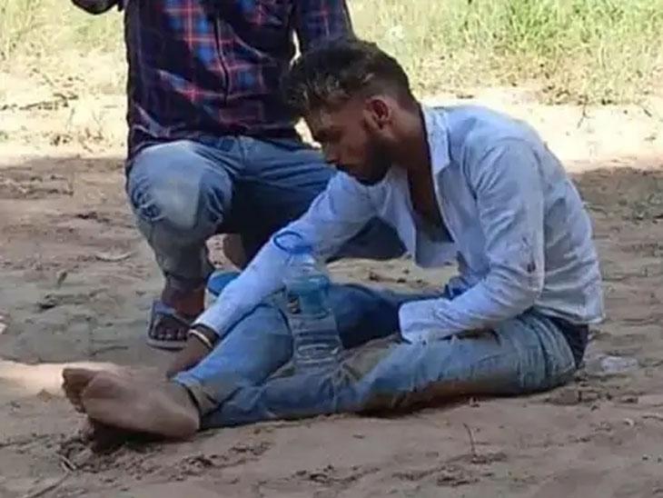 आरोपी थांबून-थांबून गौरववर हल्ला करत होते. त्याला एका हॉटेलच्या मागच्या बाजूला नेऊनही मारहाण करण्यात आली.